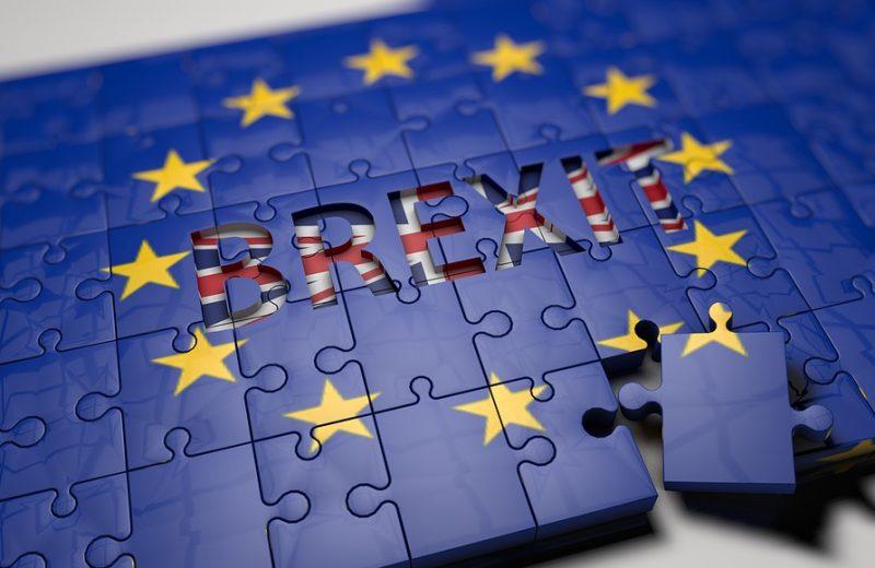 فوضى خروج بريطانيا من الاتحاد الأوروبي تؤثر على الجنيه الإسترليني