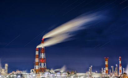 تيسلا تهبط 18% والنفط يقفز مع تراجع مخزونات البنزين والزيوت