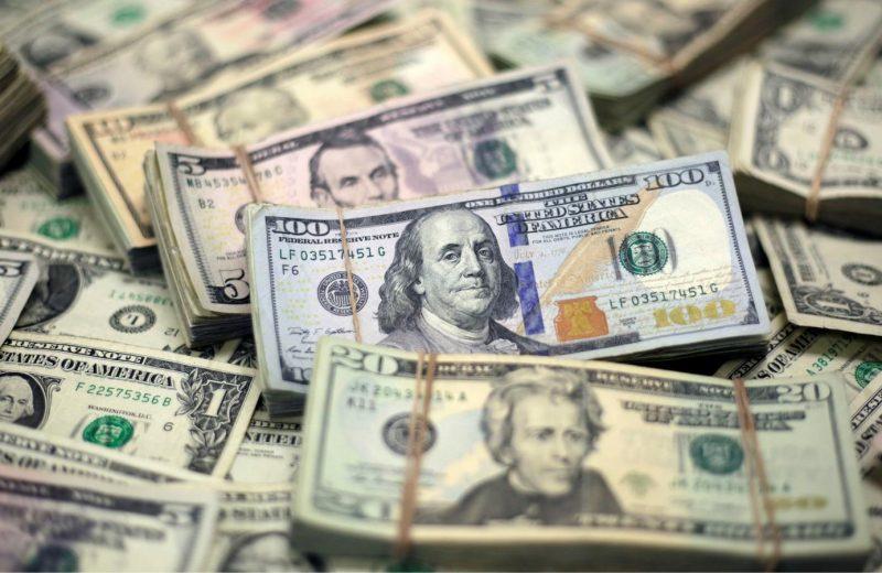 الدولار يقفز بطلب كبير من الشركات